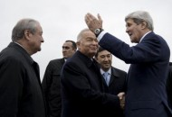 Uzbek President Islam Karimov (C) shakes hands with U.S. Secretary of State John Kerry (R) as Uzbek Foreign Minister Abdulaziz Kamilov (L) watches at Samarkand Airport November 1, 2015.  REUTERS/Brendan Smialowski/Pool
